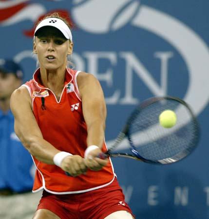 美网公开赛女单决赛德门蒂耶娃全力回球