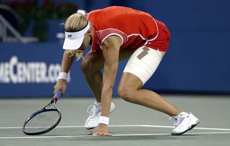 美网公开赛女单决赛德门蒂耶娃难堪重负
