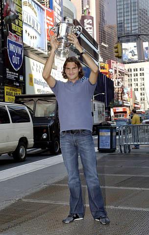费德勒时代广场作秀高高举起美网冠军奖杯
