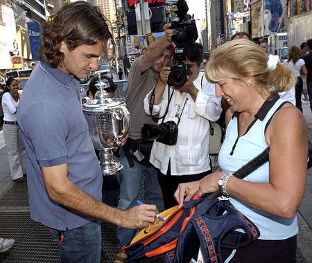 费德勒时代广场作秀为热情球迷签名留念