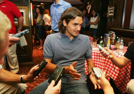 费德勒和女友成眼球焦点被记者们团团包围