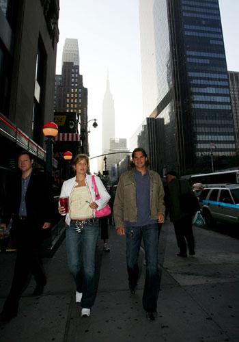 费德勒和女友成眼球焦点两人曼哈顿街头散步