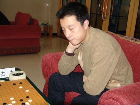 图文-阿含桐山杯围棋公开赛半决赛古力在思考