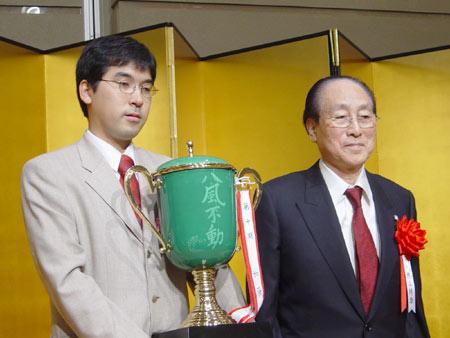 图文-日本阿含-桐山杯落幕羽根直树笑纳冠军