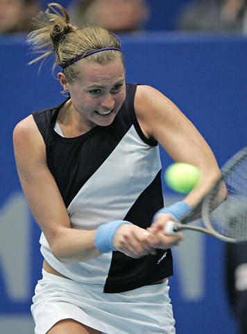 图文-林茨网球公开赛决赛鲍文娜奋力回球