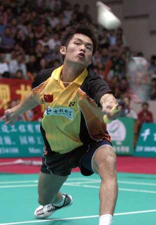 图文-中国羽毛球奥运明星挑战赛林丹横冲救球