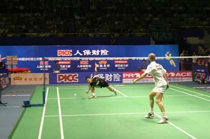 图文-中国羽毛球公开赛男单首日胡�S迅速俯身救险