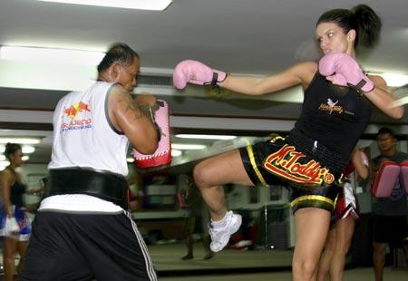图文 《花花公子》名模打拳击