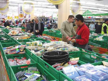 图文-骑士号夜泊阿尔梅里亚港停靠地超市玲琅满目