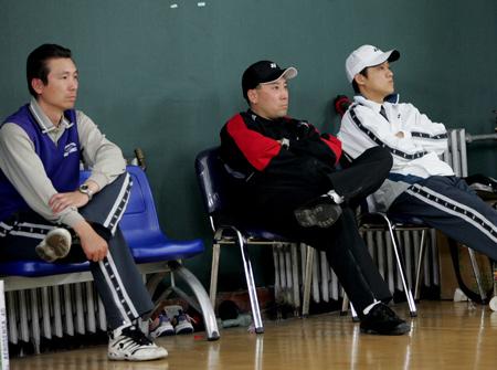 图文-羽球队模拟对抗备战苏杯教练员在场边观战