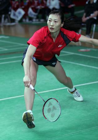 图文-羽球队模拟对抗备战苏杯张宁拼尽全力回球