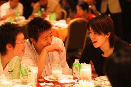 图文-中国乒乓球队亮相无锡王楠和队友说笑