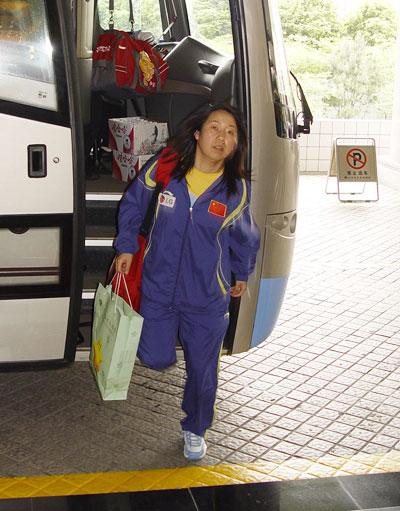 图文-国乒抵达上海备战世乒赛乔红下车入住