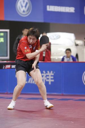 图文-世乒赛女子单打第三轮范瑛砍式发球