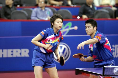 图文-第48届世乒赛混双决赛刘国正准备发球