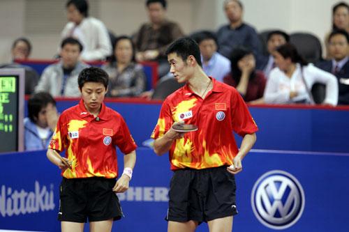 图文-第48届世乒赛混双决赛王励勤郭跃商量对策