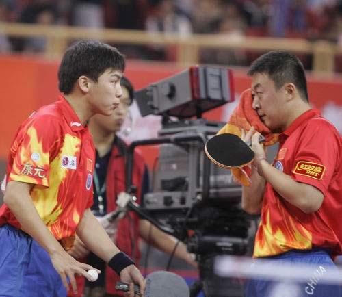 图文-世乒赛男双半决赛激战陈�^马琳商量战术
