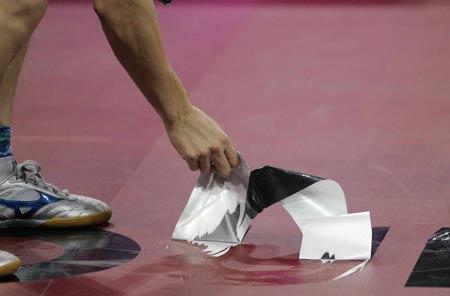 图文-世乒赛男单第四轮赛地板开裂及时更换