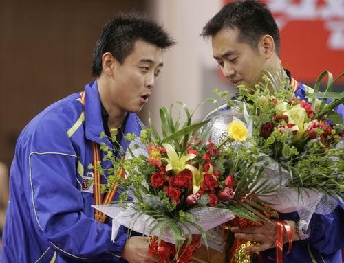 图文-世乒赛男双决赛一同捧起胜利的鲜花