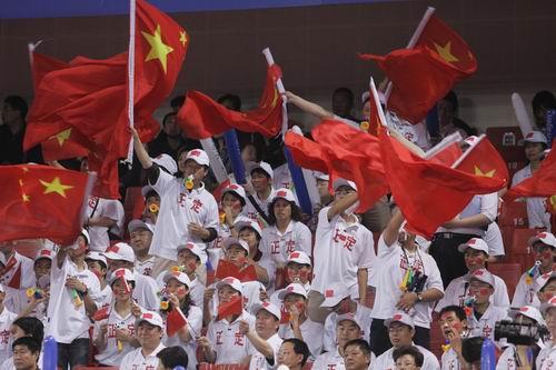 世乒赛女双张怡宁 王楠夺冠挥舞五星红旗