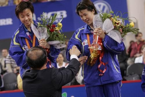 图文-世乒赛张怡宁王楠女双问鼎与颁奖嘉宾握手