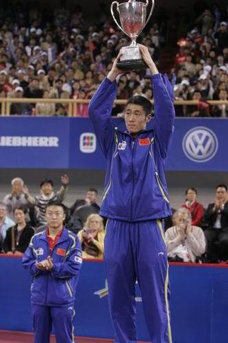 图文-世乒赛男单决赛王励勤夺冠王励勤高举奖杯