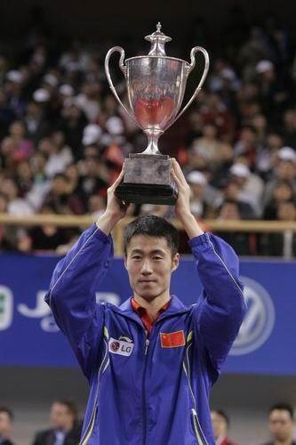 图文-世乒赛男单决赛王励勤夺冠王励勤展示奖杯