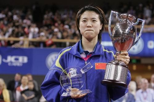 图文-世乒赛王楠获特别纪念奖王楠展示奖杯