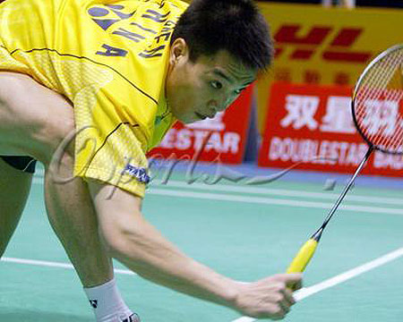 图文-中国队羽毛球队赛前练习陈宏倒地救球