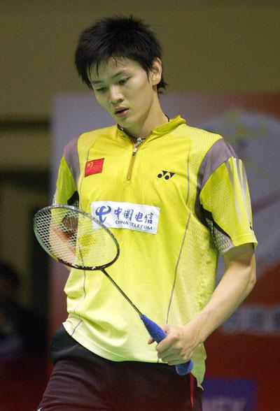 图文-苏迪曼杯中国VS中国香港鲍春来揣摩球拍
