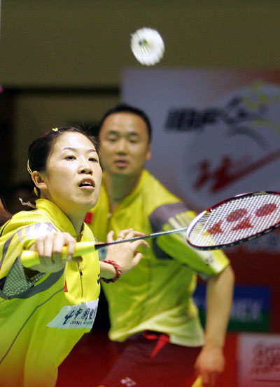 图文-苏迪曼杯中国完胜香港高凌网前回球