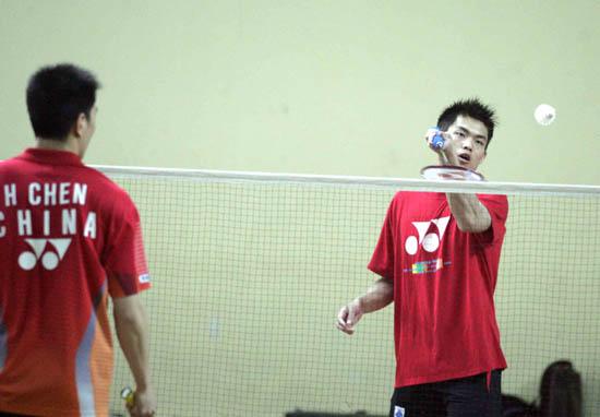 图文-苏迪曼杯羽球赛中国热身林丹陈宏练习搓球