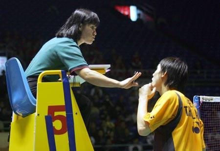 图文-苏迪曼杯羽毛球赛次日泰国选手向裁判争辩