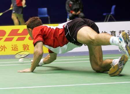 图文-苏迪曼杯羽毛球赛次日就这样重重摔倒在地