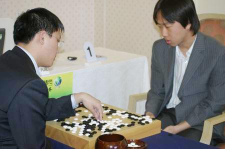 图文-中韩围棋对抗赛第三轮开战胡耀宇崔哲瀚复盘