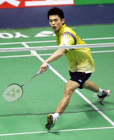 图文-苏迪曼杯小组赛中国2-0印尼林丹网前回球