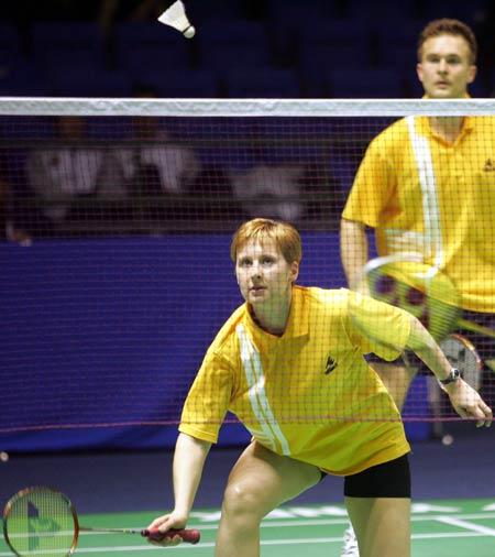 图文-苏迪曼杯第三日激战乌克兰女将准备回球