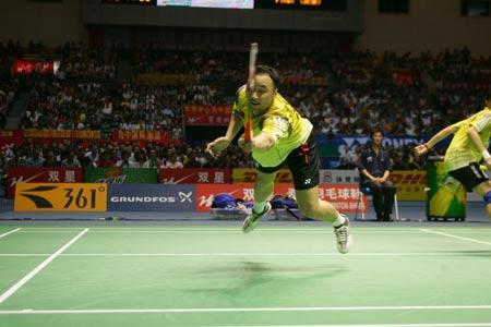图文-苏杯决赛中国VS印尼张军比赛中飞身救球