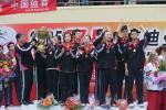 图文-中国击败印尼捧起苏迪曼杯李永波传递金杯