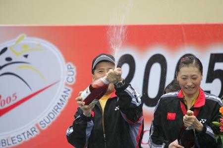 图文-中国击败印尼捧起苏迪曼杯打开幸福的香槟