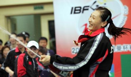 图文-中国击败印尼捧苏迪曼杯张宁喷洒幸福香槟