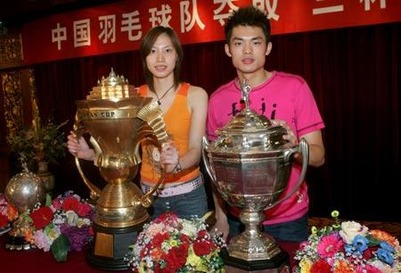 图文-中国羽毛球队苏杯庆功会林丹谢杏芳展示三杯