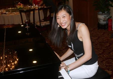 图文-中国羽毛球队苏杯庆功会张宁秀上一段钢琴