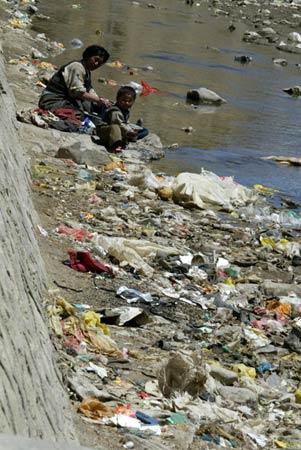 图文-珠峰环保大行动26日 河边垃圾污染多种多样