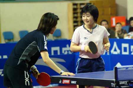 图文-2005乒超联赛一触即发福原爱向王楠讨教