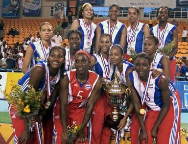 图文-古巴女排夺得泛美女排赛冠军队员与奖杯合影