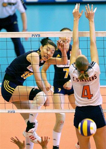 图文-中国女排克荷兰总决赛首胜张萍扣球成功