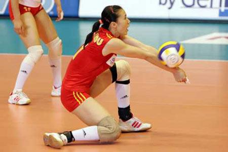 图文-女排大奖赛总决赛中国胜巴西周苏红跪地救球
