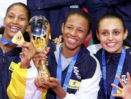 图文-女排大奖赛总决赛巴西夺冠队员捧杯留念