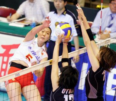 图文-女排大奖赛总决赛中国胜日本楚金玲遭遇阻击